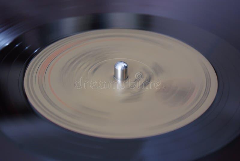 Le disque vinyle tourne sur le joueur photos libres de droits