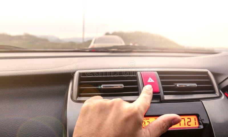 Le dita si accingono alla stampa il bottone E per aprire il contra fotografie stock libere da diritti
