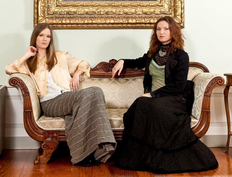 Le divan victorien de femmes se reposent photo libre de droits