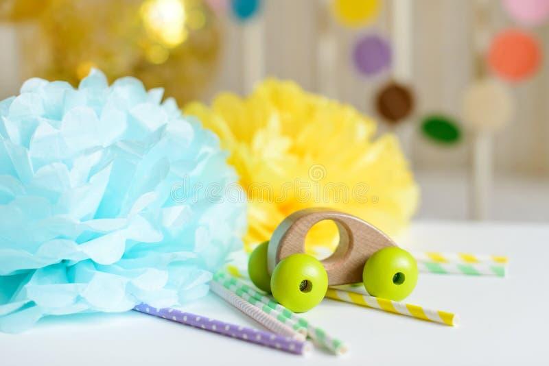 Le divers décor et ballons de papier de fête et la voiture en bois jouent devant le lit de bébé Intérieur de chambre à coucher de photo stock
