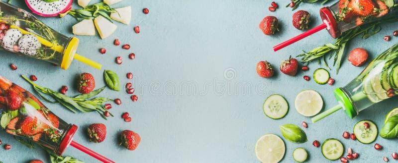 Le divers detox sain a infusé l'eau avec les fruits colorés, les baies assaisonnées avec les herbes fraîches et le concombre dans photos libres de droits