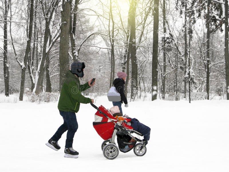 Le divertissement d'hiver, jeune bébé de petit morceau de famille patine image libre de droits