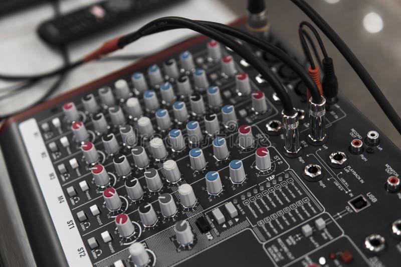 Le DJ à télécommande Contrôleur audio du DJ Plaque tournante électronique photo libre de droits