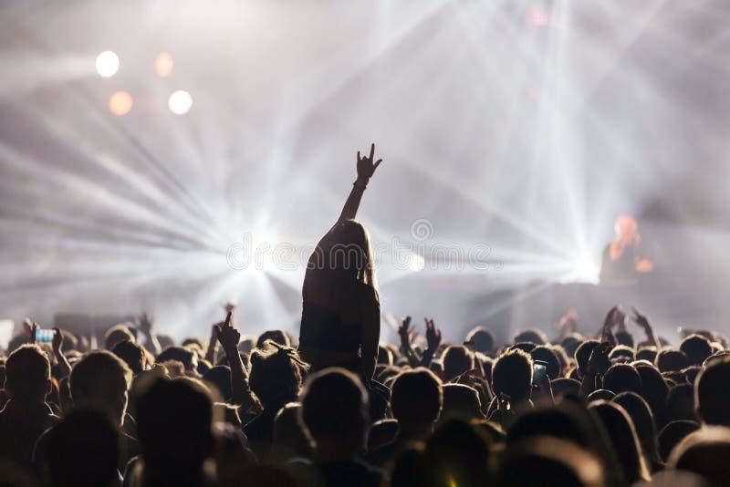 Le DJ au concert photos stock