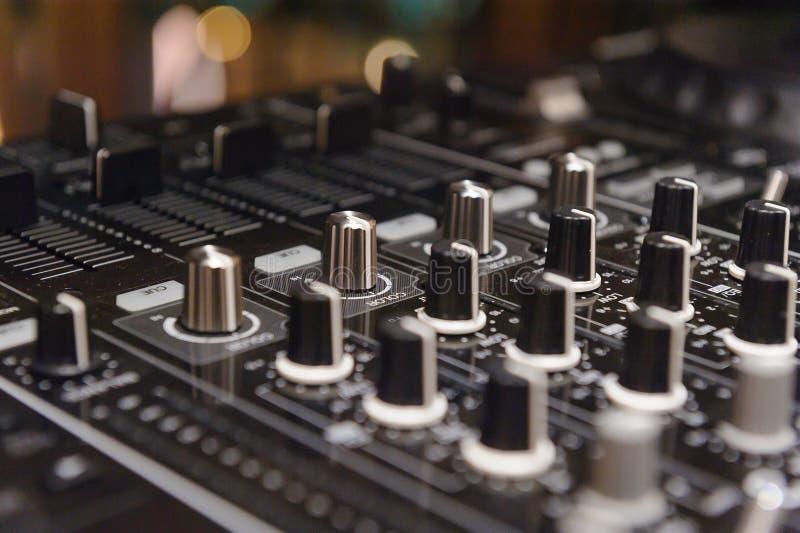 Le DJ consolent la partie de mélange de musique de maison d'Ibiza de bureau du disc-jockey mp4 cd dans la boîte de nuit avec les  image stock