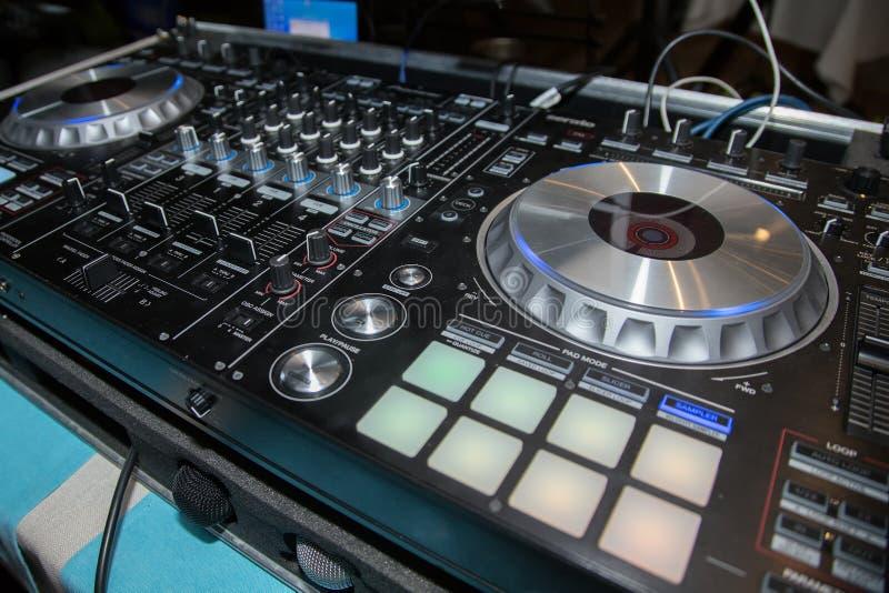 Le DJ consolent, les lecteurs de CD et le mélangeur dans la boîte de nuit image stock