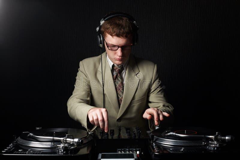 Le DJ d'une chevelure rouge drôle photographie stock libre de droits