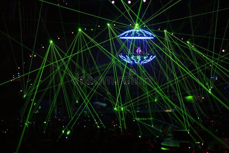 Le DJ dans des rayons laser images stock