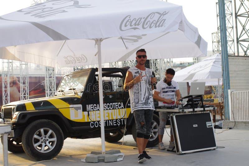 Le DJ devant une jeep photos libres de droits