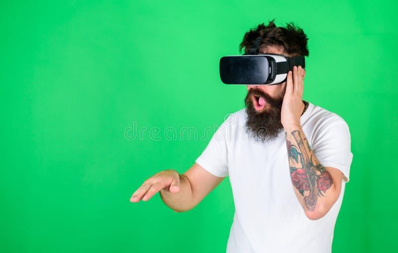 Le DJ en verres de VR créant de nouvelles voies Homme avec la barbe de hippie jouant avec le nouveau jouet de technologie Homme b photos libres de droits
