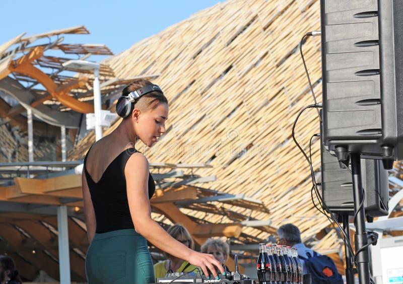 Le DJ féminin sur l'expo 2015 de site à Milan, Italie photo libre de droits