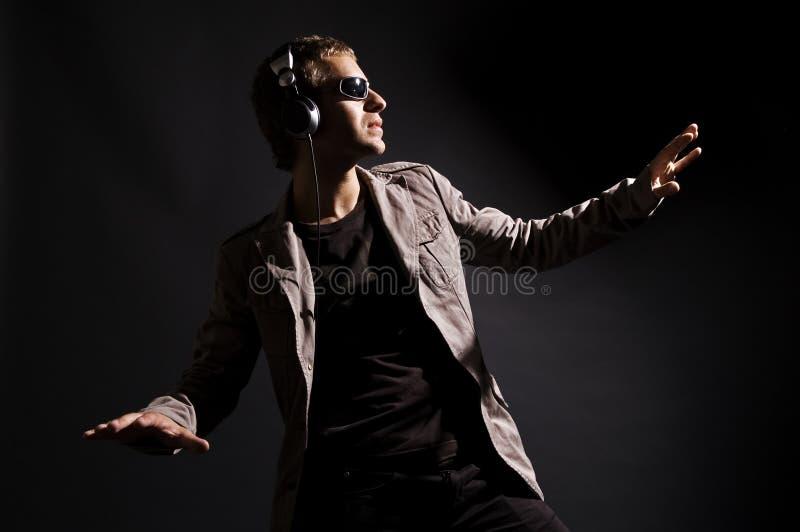 Le DJ frais dans des écouteurs photos libres de droits