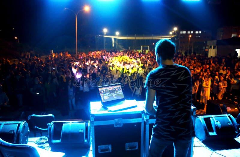 Le DJ jouant dans un club photographie stock