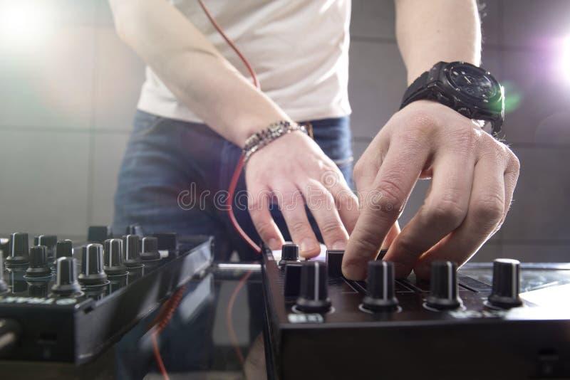 Le DJ jouant la musique au plan rapproché de mélangeur image libre de droits