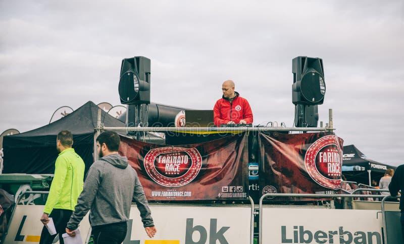 Le DJ jouant la musique dans une course d'obstacle extrême sur le parc photographie stock