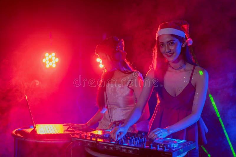 Le DJ jouant la musique, voies de mélange sur un mélangeur dans une boîte de nuit, photos libres de droits