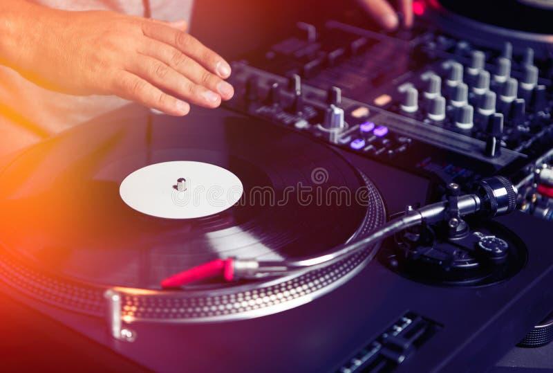 Le DJ joue la musique avec de rétros plaques tournantes photographie stock libre de droits