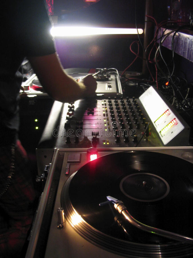 Le DJ jouent sur la console photo libre de droits