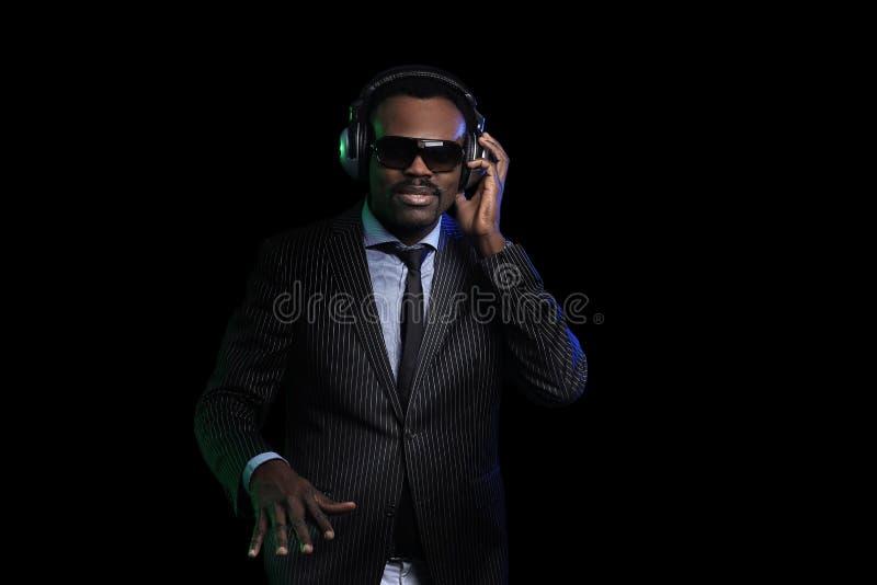 Le DJ noir dans un club à la plaque tournante photographie stock