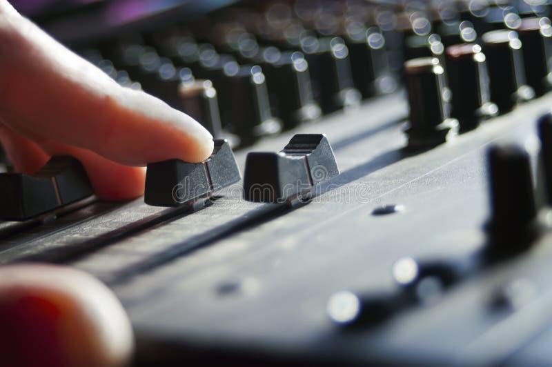 Le DJ remettent un mélangeur images libres de droits