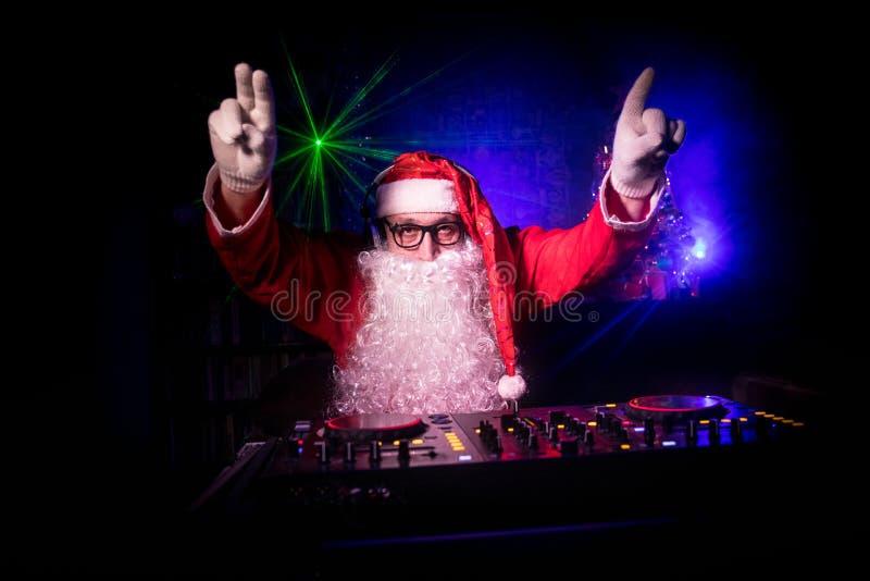 Le DJ Santa Claus à Noël avec des verres et au mélange de neige sur l'événement de réveillon de la Saint Sylvestre dans les rayon image libre de droits