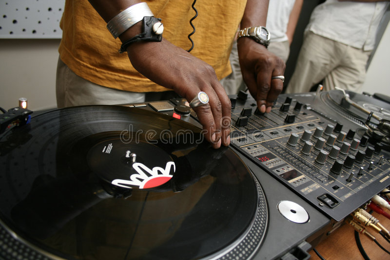 Le DJ spining l'enregistrement photo stock