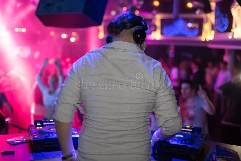 Le DJ tourne les disques au club photographie stock