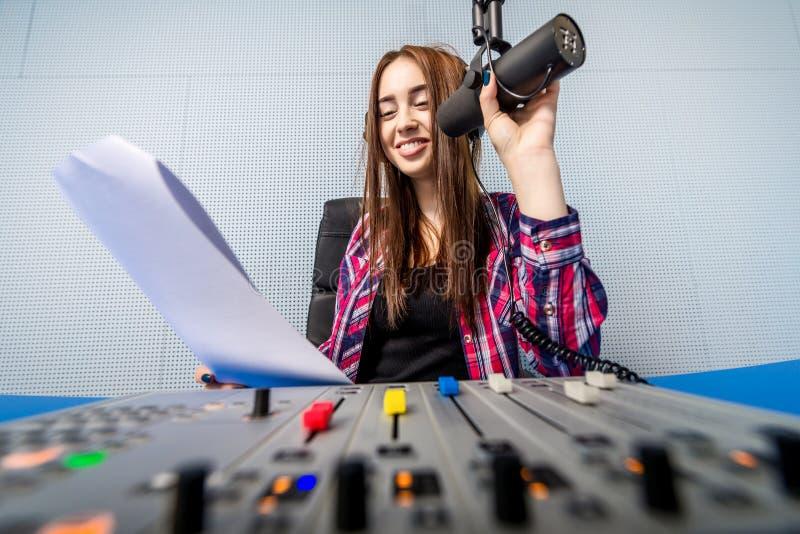 Le DJ travaillant à la radio photo stock