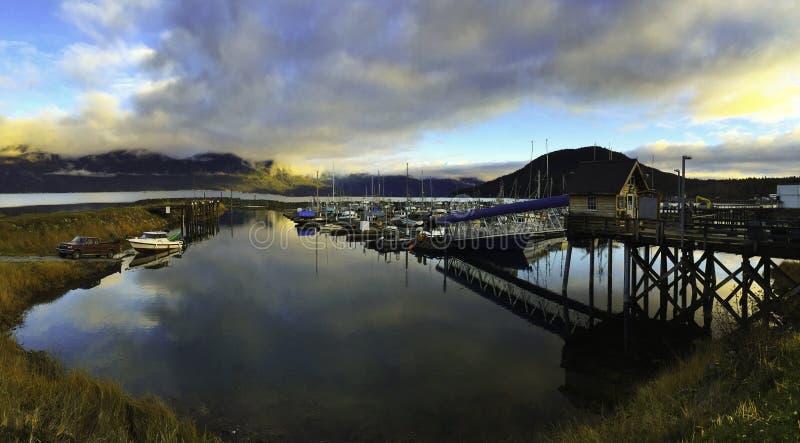 Le dock dans des mains de marina de l'Alaska photographie stock