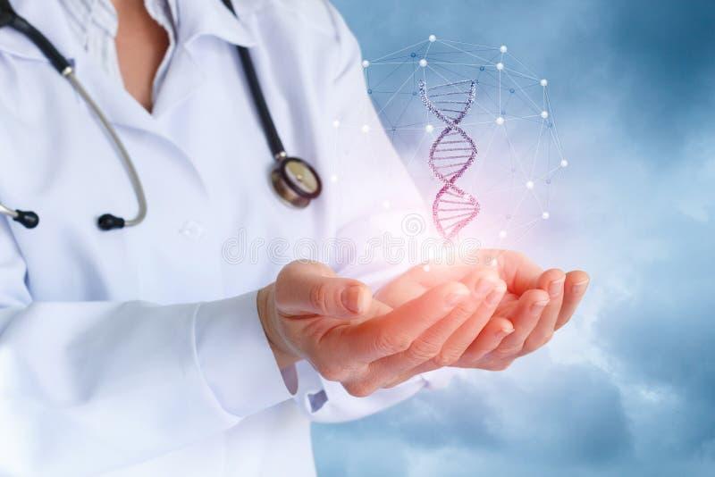 Le docteur au téléphone montre la molécule d'ADN photo libre de droits
