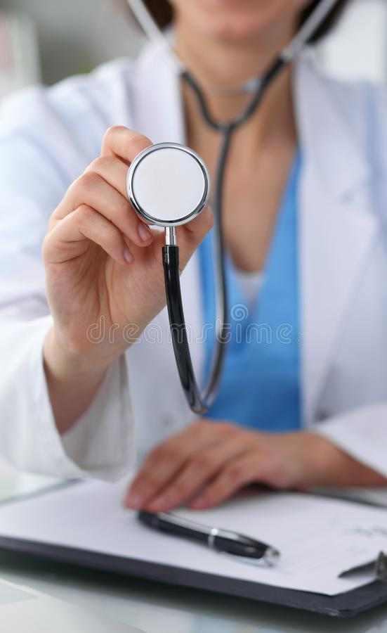 Le docteur avec un stéthoscope dans les mains, se ferment  Médecin prêt à examiner et aider le patient Médecine, soins de santé e photographie stock