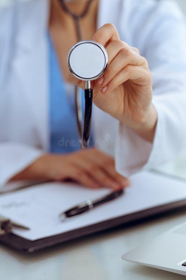 Le docteur avec un st?thoscope dans les mains, se ferment  M?decin pr?t ? examiner et aider le patient M?decine, soins de sant? e image stock