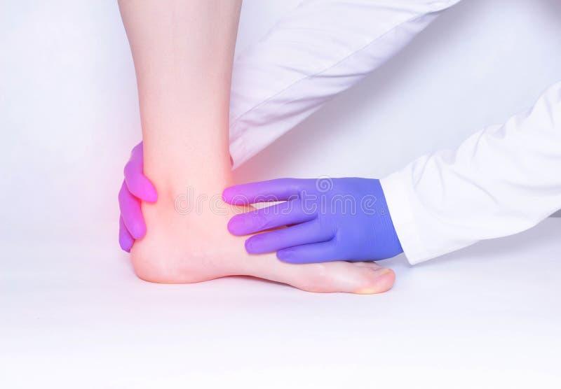 Le docteur conduit un examen médical de l'articulation de la cheville du patient pour détecter l'arthrite et le synovitis, trauma image libre de droits