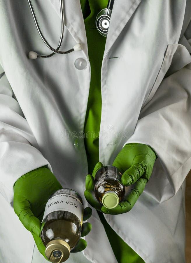 Le docteur a dans ses vaccins de virus des mains ZICA dans un hôpital photos stock