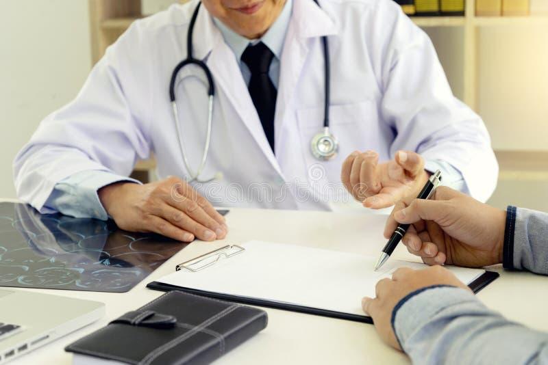 le docteur de cerveau professionnel donnent un conseiller au patient image stock