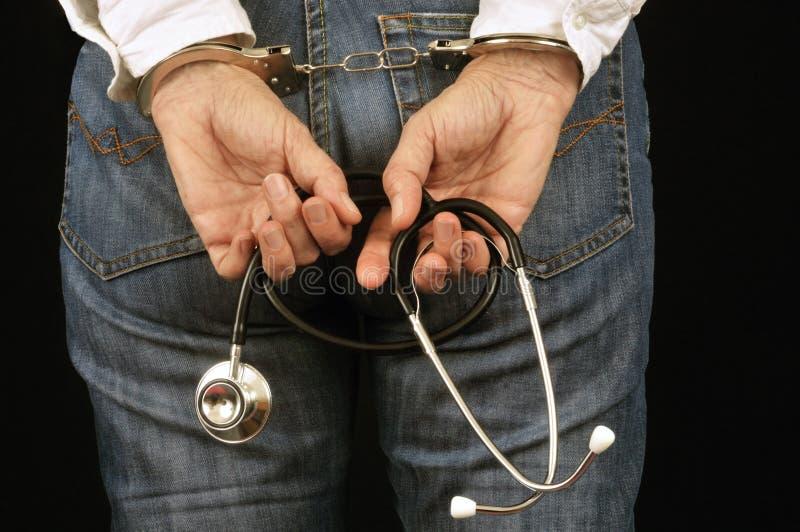 Le docteur de femme a menotté du dos photos stock