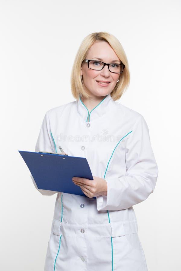 le docteur de fond a isolé le femme blanc de sourire fini médical de stéthoscope D'isolement au-dessus du fond blanc images stock