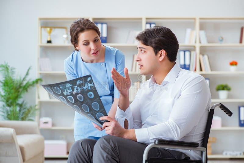 Le docteur discutant l'image de rayon X avec le patient image stock