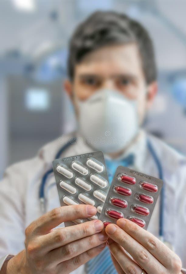 Le docteur donne des pilules et des drogues dans l'hôpital image stock