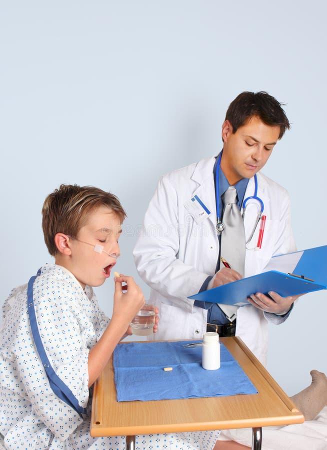 Le docteur donne le médicament patient photo libre de droits