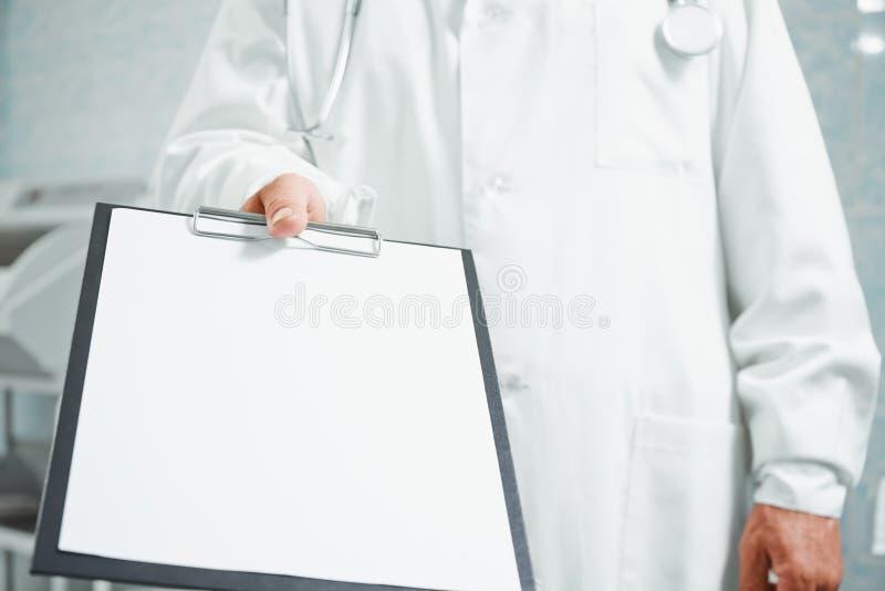 Le docteur donne le presse-papiers vide, le copie-espace photos libres de droits