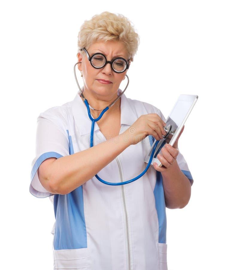 Le docteur drôle mûr écoutent PC de comprimé images stock