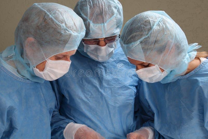 Le docteur entendent pour voir pour ne dire rien photo stock