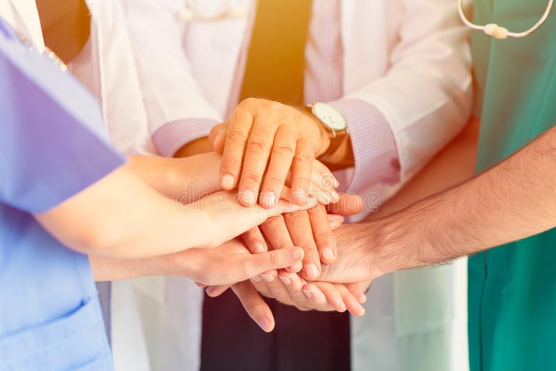 Le docteur et la main médicale joignent ensemble le travail d'équipe image libre de droits