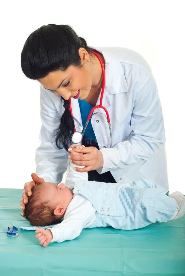 Le docteur examinent la chéri nouveau-née photos libres de droits