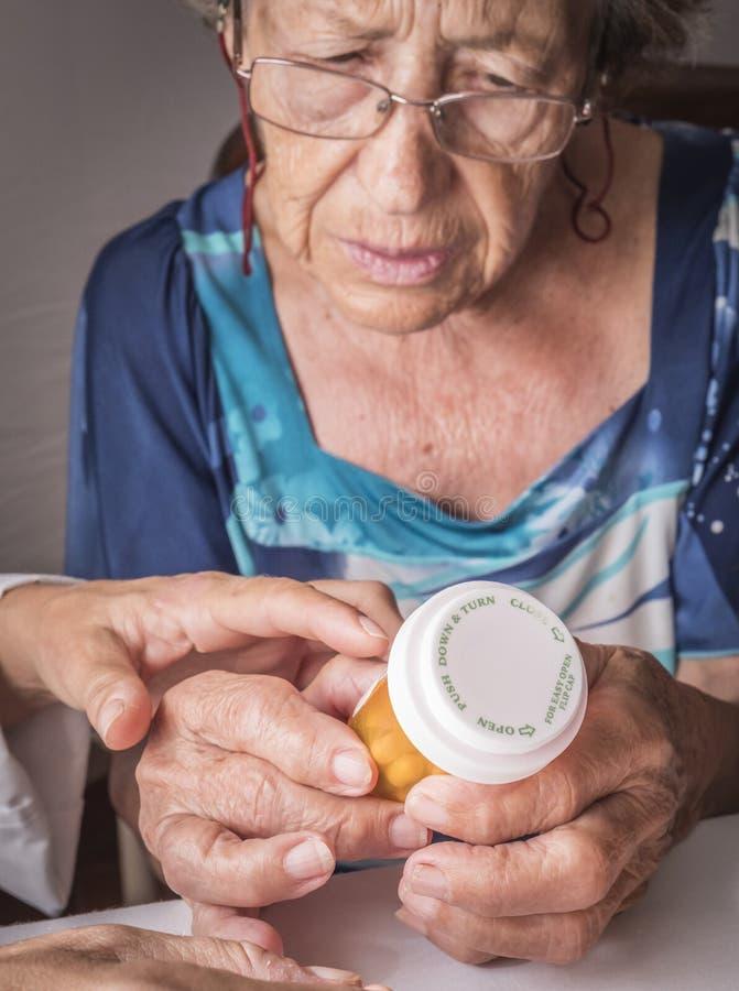 Le docteur explique à la dose quotidienne de personnes âgées de médicament images libres de droits