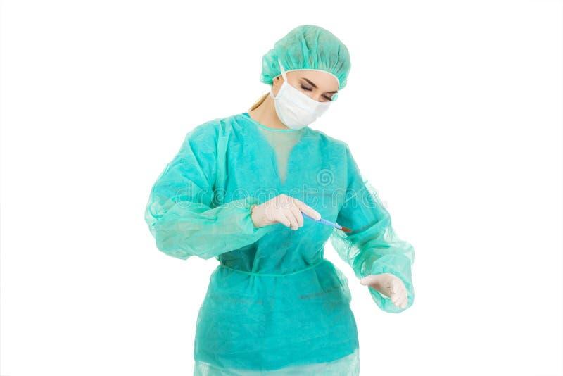 Le docteur féminin de chirurgien avec un scalpel exécute la chirurgie photographie stock libre de droits