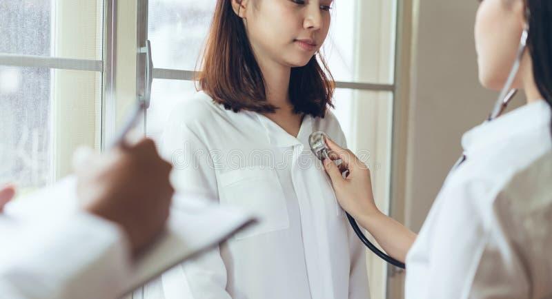 Le docteur fournit à la consultation le patient et enregistre l'histoire de traitement complètement photographie stock
