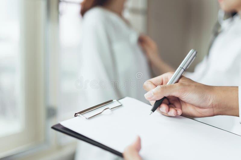 Le docteur fournit à la consultation le patient et enregistre l'histoire de traitement complètement images stock