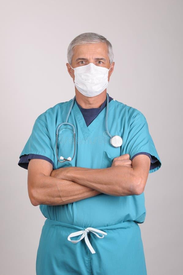 Le docteur frotte dedans avec le masque et les bras pliés photo libre de droits
